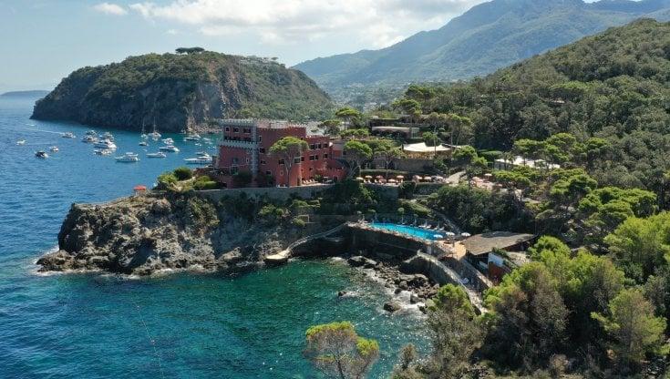 Mare, grotte e acqua mediterranea. Ischia, l'isola giardino