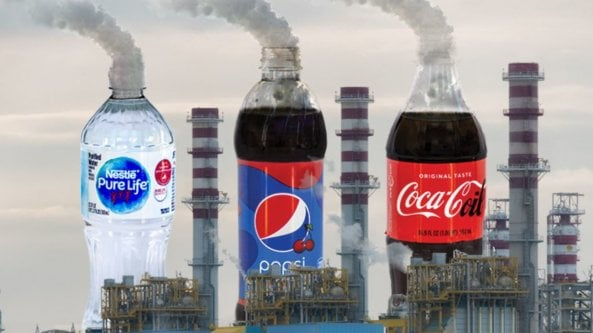 La bottiglietta Coca Cola e Big Oil insieme aggravano la crisi climatica