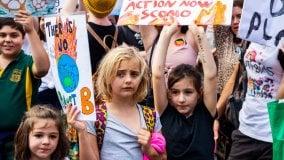 """Il """"tradimento"""" dei governi scatena una nuova sindrome tra i giovani: è l'ansia climatica"""