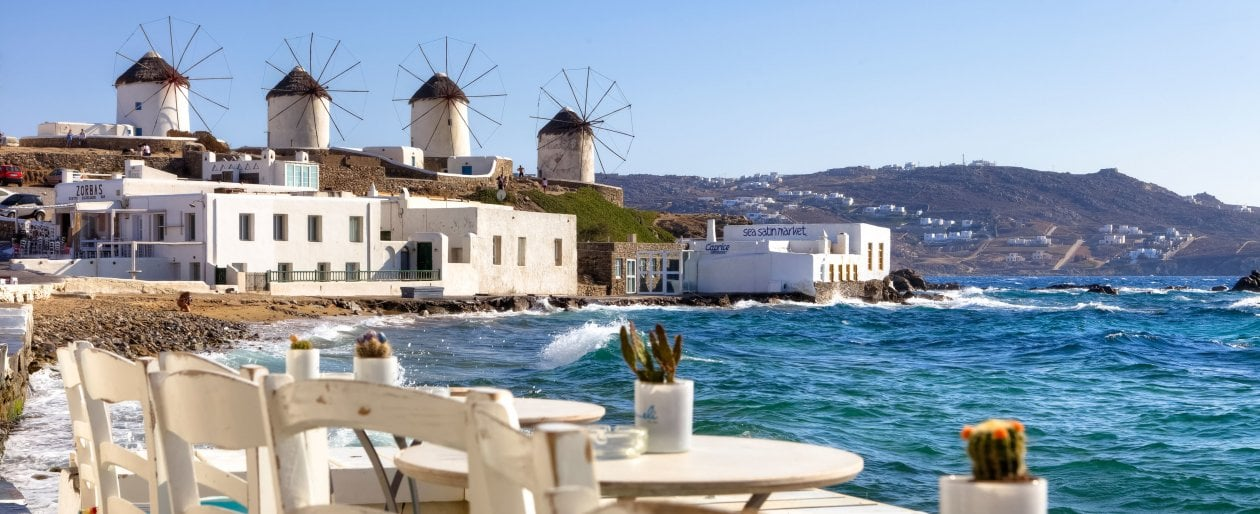 Vacanze, con variante Delta crollo prenotazioni e boom disdette. Mai così pochi italiani all'estero. E la Grecia si blinda: coprifuoco a Mykonos