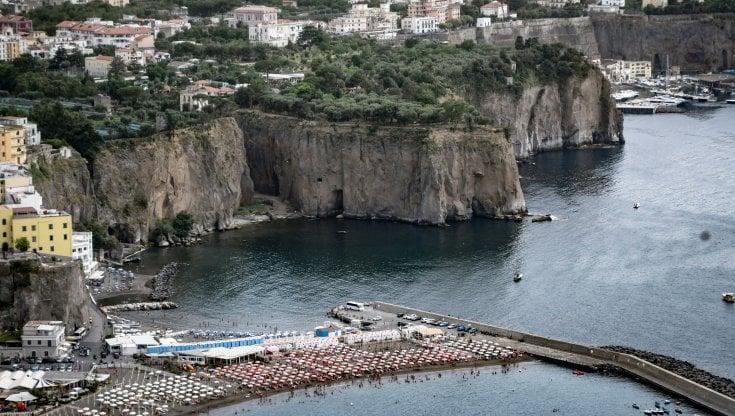 Turismo, estate in chiaroscuro. Oltre 15 milioni di italiani in partenza, ma 4 su 10 non si muoveranno. Il Green Pass ci riporta gli stranieri