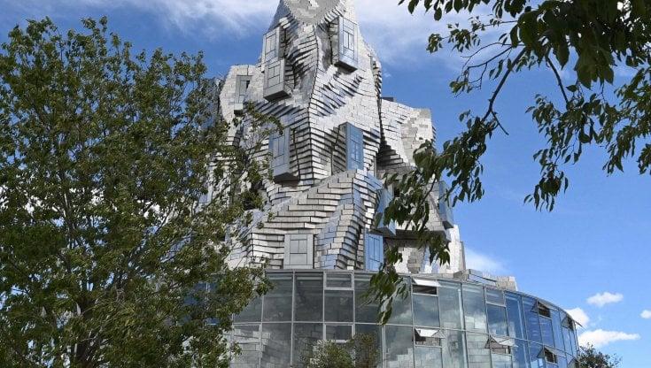 """Arles, una megatorre di Frank Gehry è il cuore del nuovo campus per gli artisti. """"Continuità con le opere romane"""". Ma per alcuni le eclissa"""