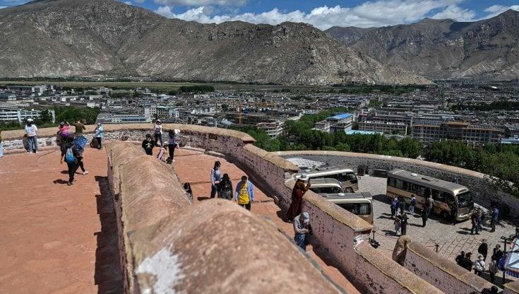 Tibet, dove il turismo di massa non è mai finito. E minaccia un ambiente fragile