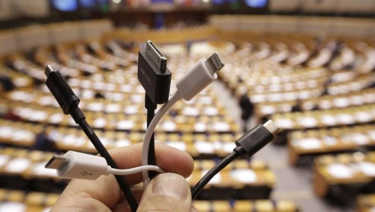 Caricabatterie universale, lo strano fronte del no contro la proposta Ue