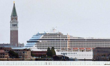 Venezia, arriva la prima Grande Nave del dopo pandemia. E fa lo slalom tra i canali, come sempre