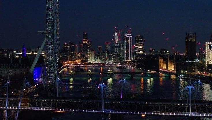 Cinque chilometri di luci lungo il Tamigi. A Londra una delle opere d'arte più lunghe del mondo