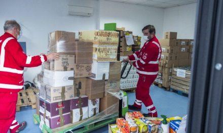 Milano, nell'hub anti-spreco premiato con l'Earthshot Prize dal principe William: carne, pasta e latte ai sommersi dalla crisi