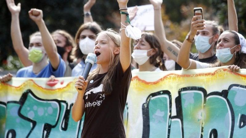 """Milano, migliaia in piazza con Greta e Vanessa: """"Un altro mondo è possibile"""""""