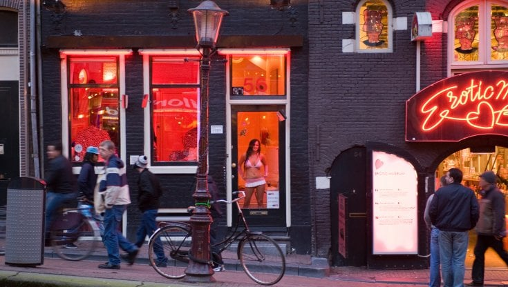 Amsterdam, via il quartiere a luci rosse dal centro; la sindaca Halsema chiama il turismo di qualità