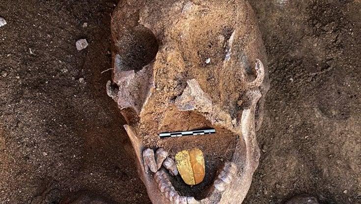 Egitto, scoperta mummia con lingua d'oro. Ha duemila anni