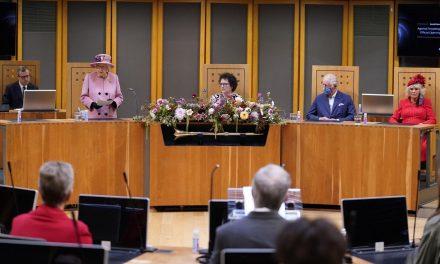 """Clima, la regina Elisabetta: """"Davvero irritante che i leader parlino solo e non agiscano"""""""